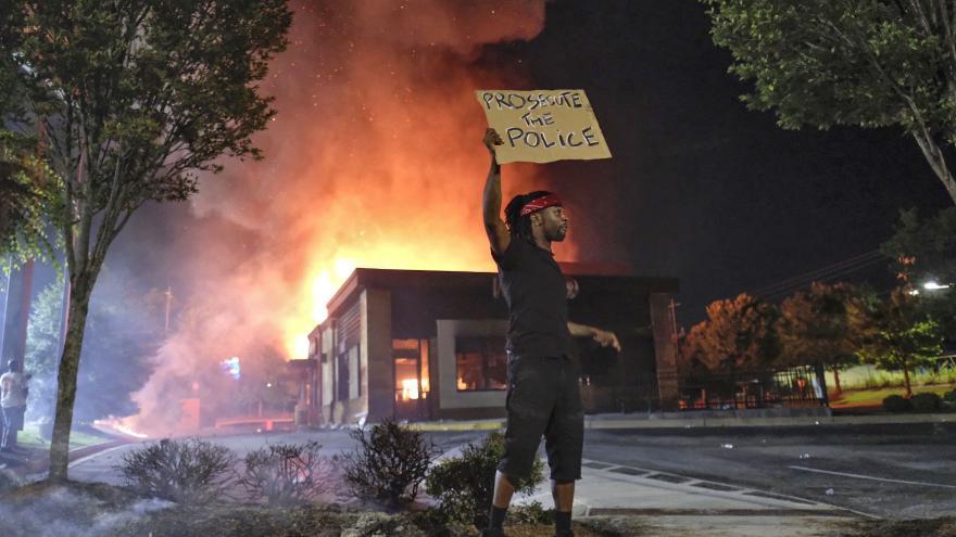 Video Události: Zapálená restaurace v Atlantě