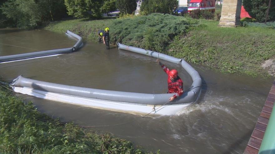 Video Do potoka a rybníků unikla ropa. Látky unikaly do vody několik hodin