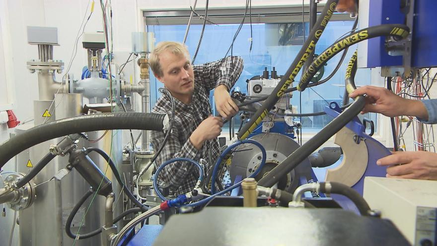 Video Vyšší výkon a méně emisí. Vědci z ČVUT zkouší nový typ paliva
