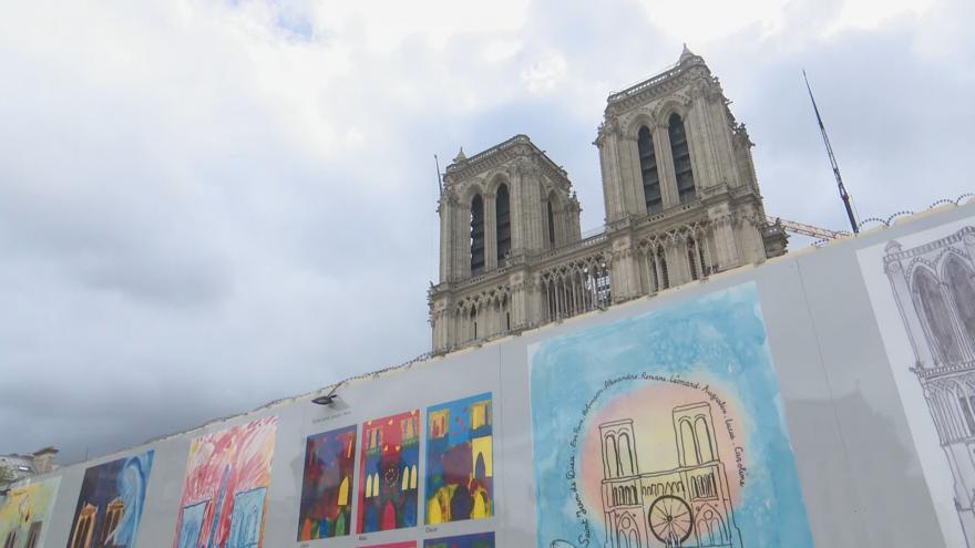 Video Nakresli mi Notre Dame. Obrázky dětí vyjadřovaly naději i obdiv k hasičům