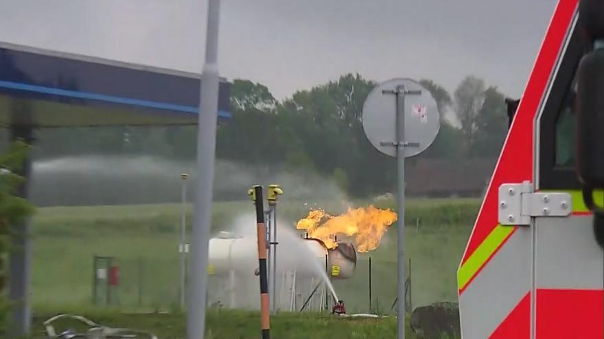 Video Požár na benzínové pumpě v Českém Těšíne, desítky lidí byly evakuovány