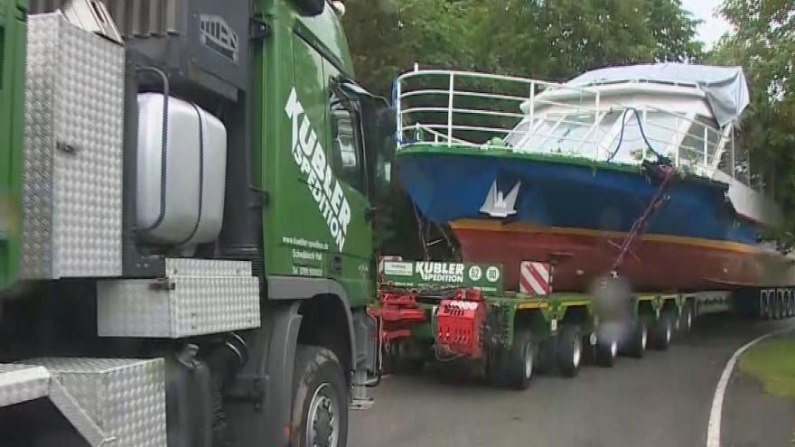 Video Smetana na lipenské přehradě. Z Rakouska přivezli novou vyhlídkovou loď