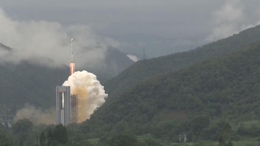 Video Z čínského Sečuánu vzlétla raketa s navigačním satelitem. Start se kvůli technickým problém zdržel