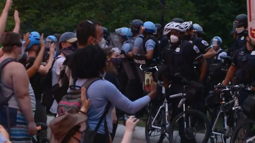 Video Policisté ve Washingtonu koly vytlačili protestující. Zřejmě použili i pepřový sprej