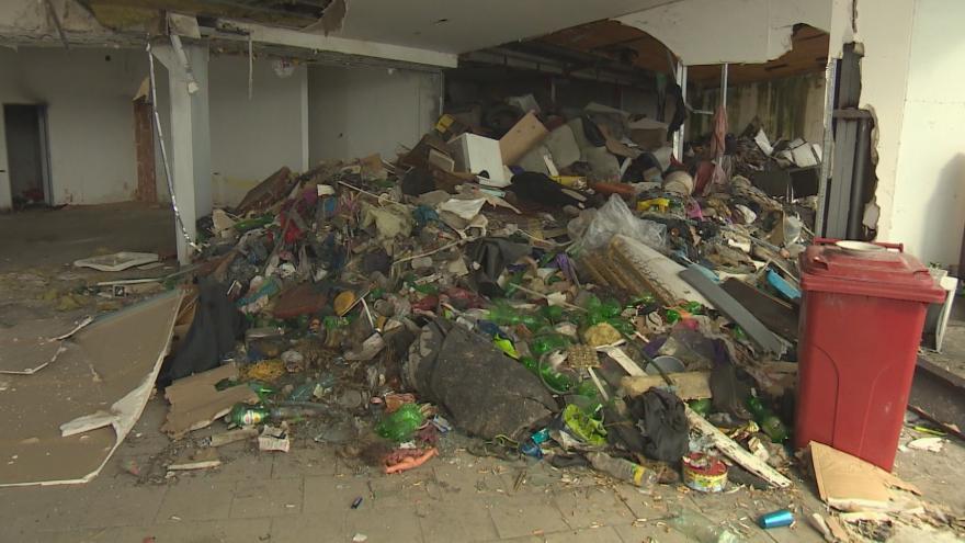 Video Dříve bezdomovci, nyní krysy. S novým majitelem opuštěné stavby přichází do Plzně i naděje