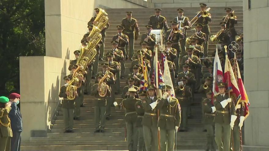 Video Ministr obrany a náčelník generálního štábu uctili památku padlých vojáků a předali vyznamenání