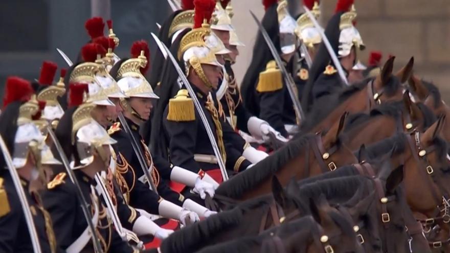 Video Vojenská přehlídka k příležitosti začátku Velké francouzské revoluce