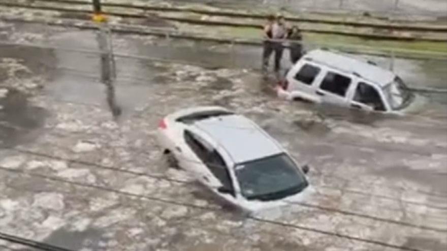 Video Řidiči nestíhali vystupovat z topících se aut. Mexickou metropoli Guadalajara zasáhly prudké deště