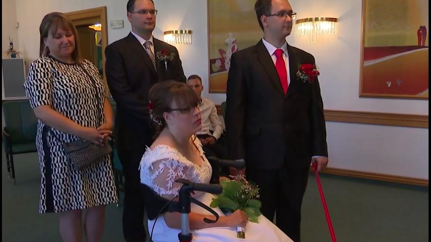 Video Události: Na svatební den se nevěsta s obrnou znovu postavila na nohy