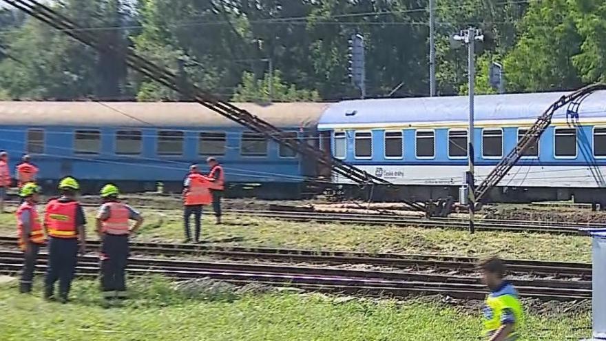Video Mimořádná zpráva: V Tišnově u Brna vykolejily dva vagony rychlíku