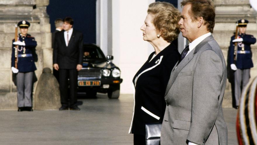 Video 30 let od návštěvy Margaret Thatcherové. Tehdejší britská premiérka přijela na pozvání Václava Havla