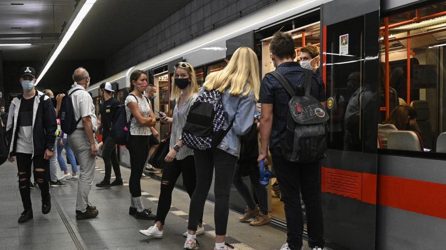 Video Pražská MHD jezdí v omezeném režimu, v Brně platí prázdninový jízdní řád