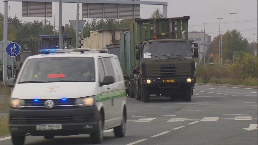 Video Armádní konvoj z Hradce Králové dorazil do pražských Letňan. Dovezl 165 tun zdravotnického materiálu