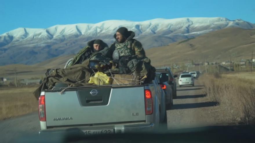 Video Arméni prchají z Náhorního Karabachu. Za příměří požadují demisi vlády