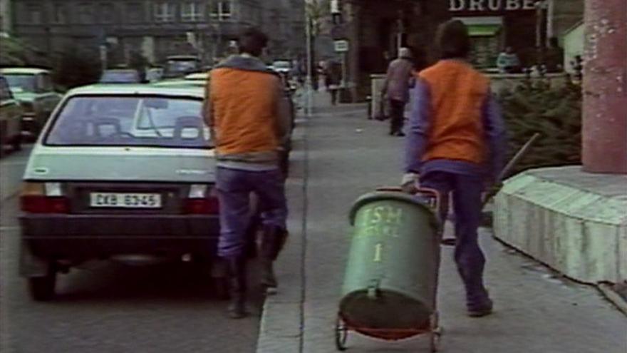 Video Místo vojny zametají ulice