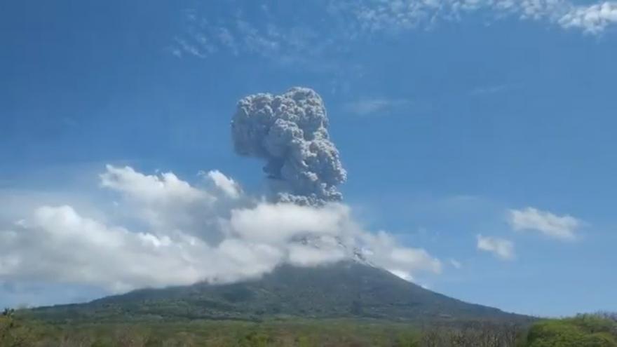 Video Indonéská sopka se probrala z dřímoty. Mohutný oblak popela a prachu byl vidět stovky kilometrů daleko