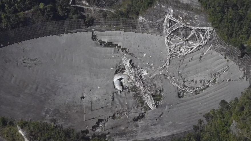 Video Ikonický radioteleskop v Portoriku se zřítil. Taje vesmíru odhaloval více než půl století
