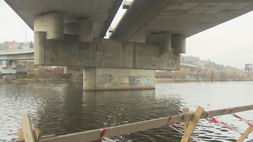 Video První práce na rekonstrukci Barrandovského mostu jsou hotové. Dopravní omezení budou stále