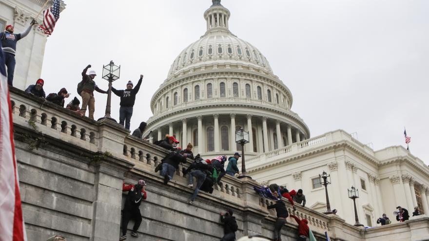 Video Jednání amerického Kongresu o prezidentských volbách muselo být přerušené. Budovu Kapitolu obsadili Trumpovi příznivci