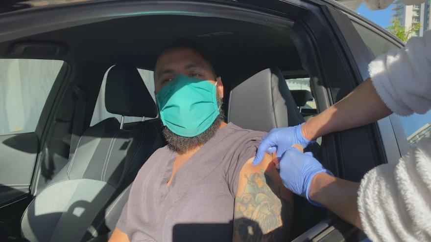 Video V Kalifornii spustili drive-in očkování. Vakcína je aplikována aniž by řidič vystoupil z auta