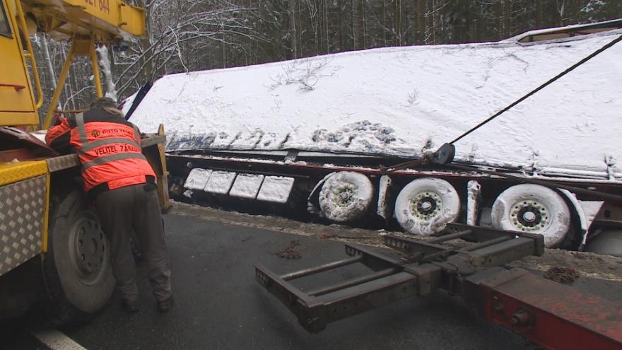 Video Počasí opět komplikovalo silniční dopravu. V Praze s námrazou pomáhá automatický systém