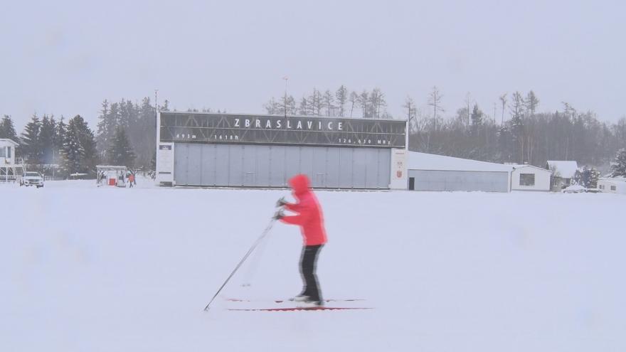 Video Sníh donutil zazimovat letadla, a tak letiště ve Zbraslavicích zaplnili běžkaři