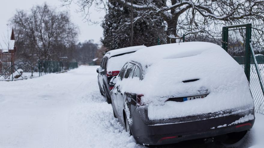 Video České hory zasypal sníh. Meteorologové varují před náledím