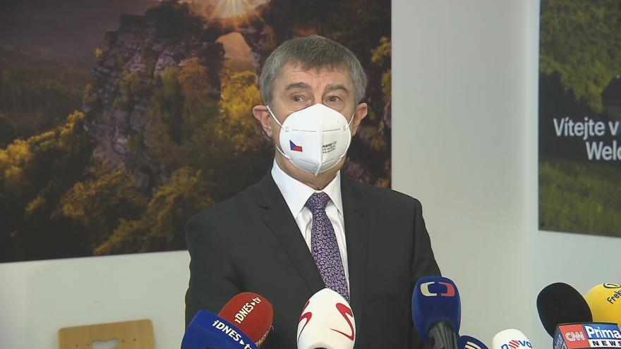 Video Brífink premiéra Babiše před odletem do Srbska