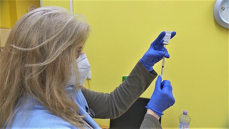 Video Události: Očkování se otevřelo lidem nad 55 let, vzniká plán pro přeočkování