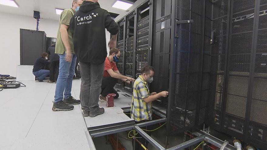 Video Ostravský superpočítač to už má spočítané. Po sedmi letech vědeckých výpočtů míří do muzea