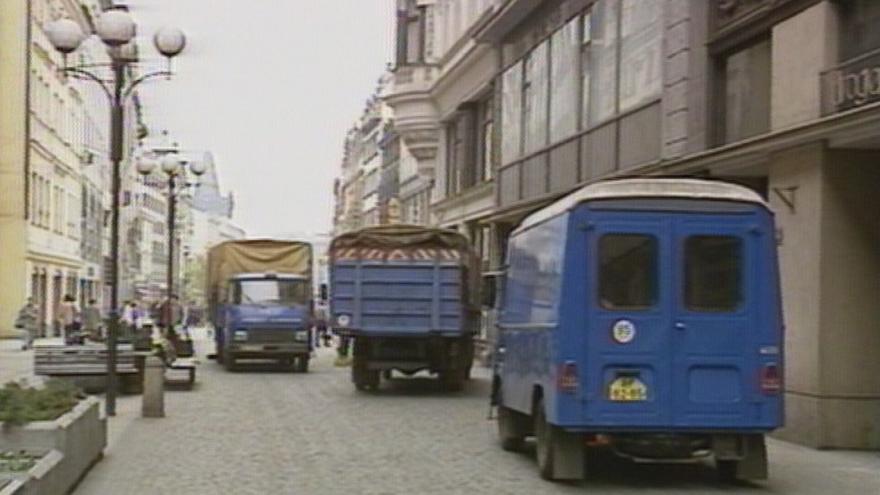 Video Auta na pěší zóně v centru Prahy