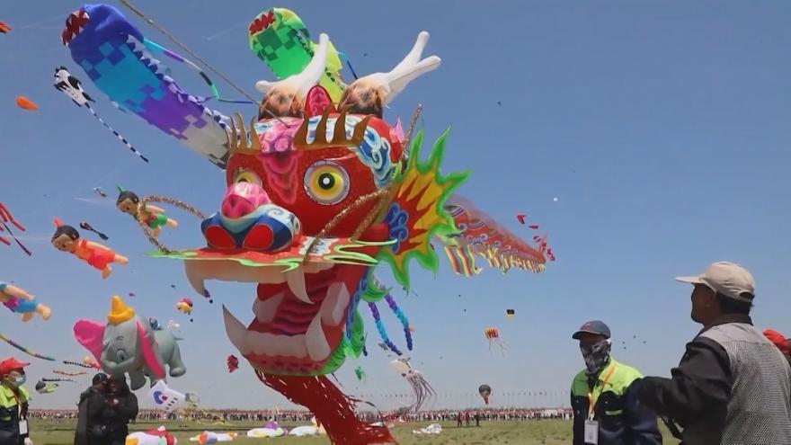 Video V Číně začal festival draků. Vodit po nebi je letos bude až půl tisíce lidí