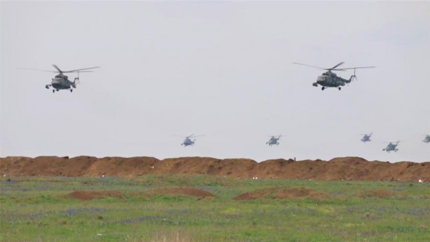 Video Mohutné vojenské cvičení ruských jednotek na Krymu