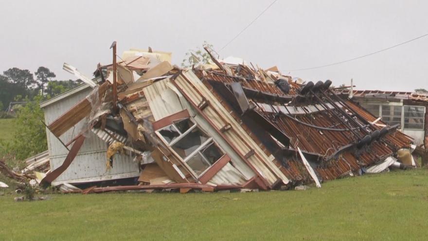 Video Zničené domy a vyvrácené stromy. Americké státy se potýkají se silnými bouřemi