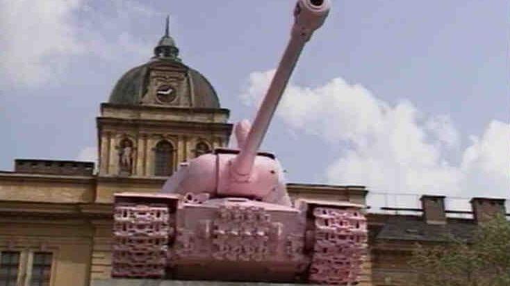 Video Smíchovský tank byl v noci přetřen narůžovo
