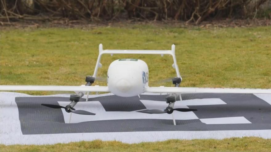 Video S distribucí testů na covid pomáhají ve Skotsku drony