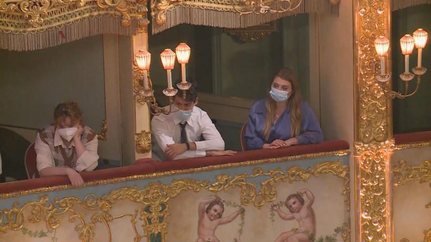 Video S rouškami a omezenou kapacitou otevřela italské divadla. Ve Florencii zazněl Stravinský