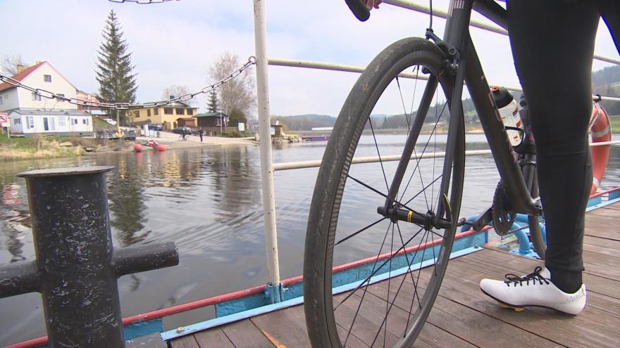 Video Přívoz na Lipno vyplouvá s cyklisty. Začátek sezony je ale slabší