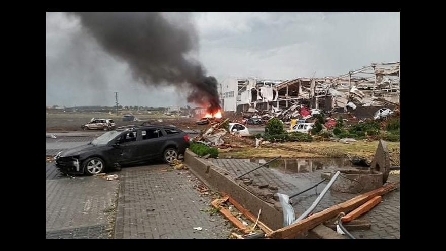 Video Trosky domů a zničená auta. Tornádo za sebou zanechalo spoušť