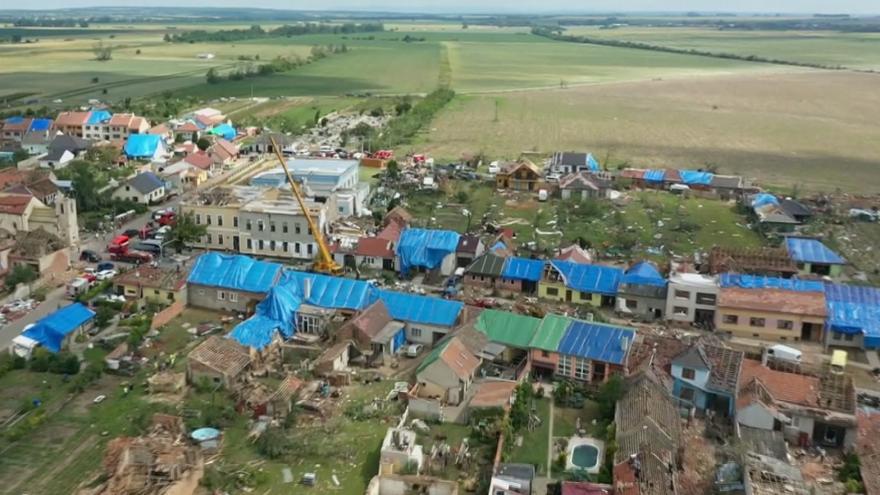 Video Tornádem zdevastované obce opět dostávají tvář. Obnažené střechy pokryly nepromokavé plachty