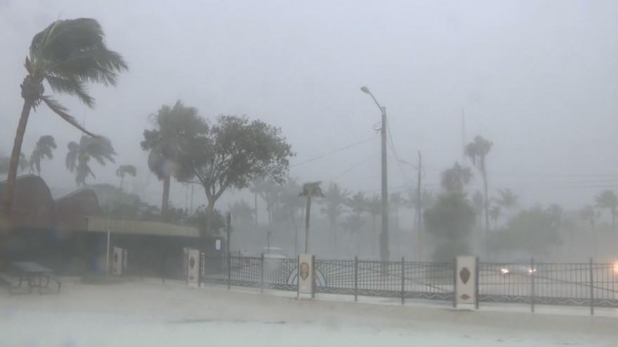Video Bouře Elsa se blíží k Floridě. Pobřeží bičuje vítr a silné vlny