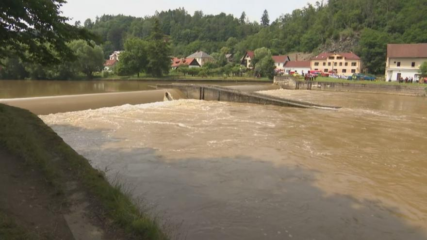 Video U Českého Šternberka se převrátil raft s vodáky. Jeden člověk utonul