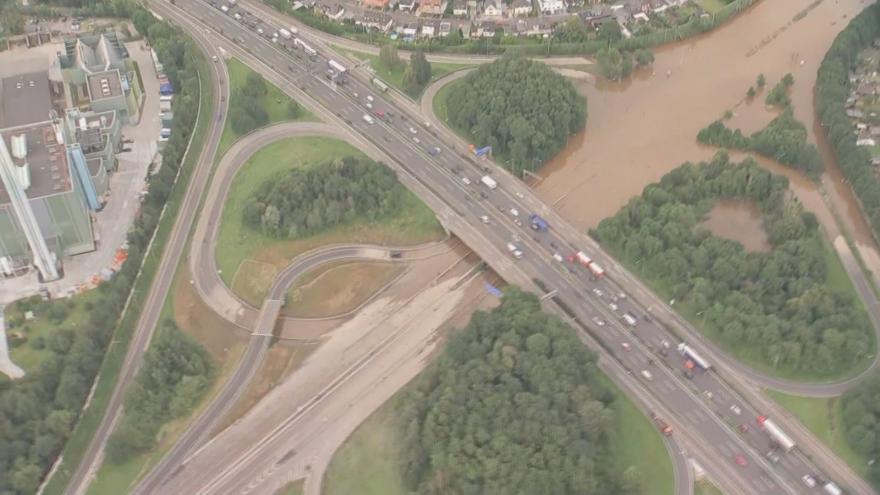 Video Letecké záběry ze zatopeného Německa. Voda uvěznila kamion, lze očekávat protržení přehrady Steinbach