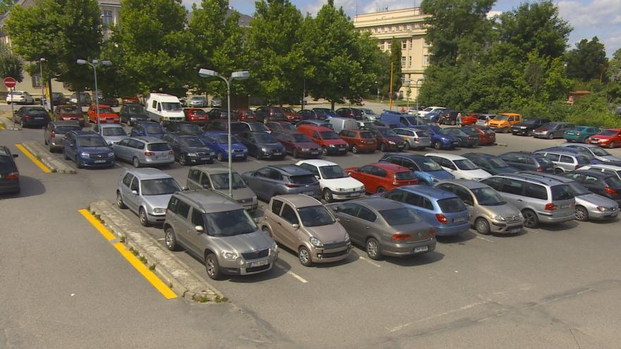 Video Jihlava zpoplatnila parkoviště u kulturního domu, auta se teď tlačí o pár metrů dál