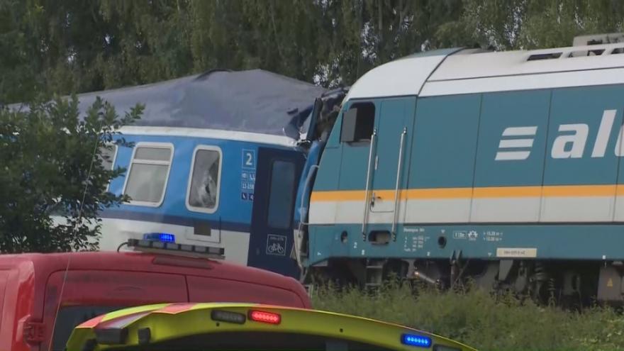 Video Na Chodsku se srazil rychlík s osobním vlakem. Na místě jsou zranění i mrtví
