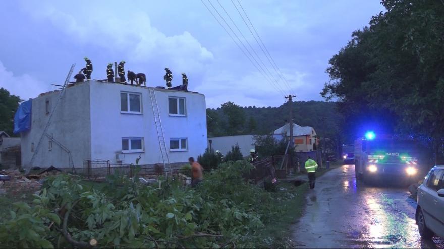 Video Na východě Slovenska se prohnalo tornádo. Několik domů je bez střechy