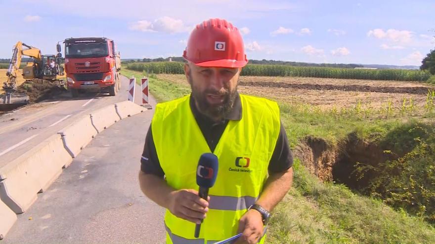 Video Studio ČT24: Kvůli sesuvu silničáři uzavřeli silnici u obce Běstovice na Orlickoústecku