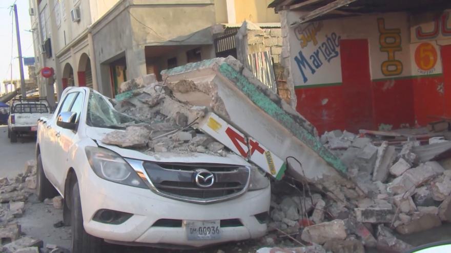 Video Po ničivém zemětřesení na Haiti stále přibývají oběti. Záchranáři stále pročesávají trosky
