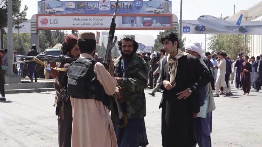Video Bez komentáře: Před vstupem do kábulského letiště jsou davy lidí
