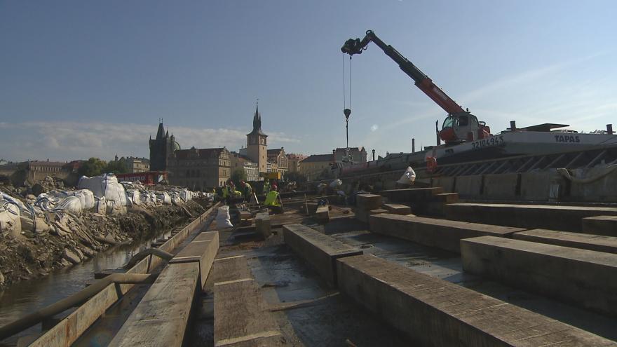 Video Opravy Staroměstského jezu pokračují